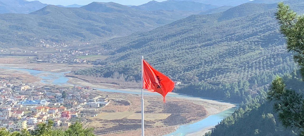 Albanische Flagge in Berat