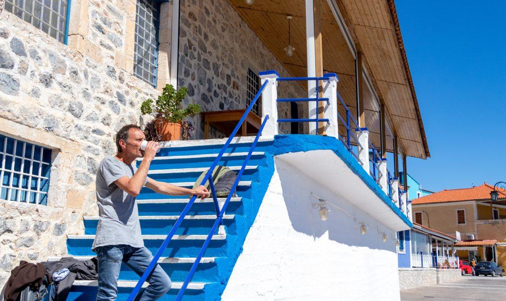 Ein Cafe to go auf der Treppe eines geschlossenen Restaurants